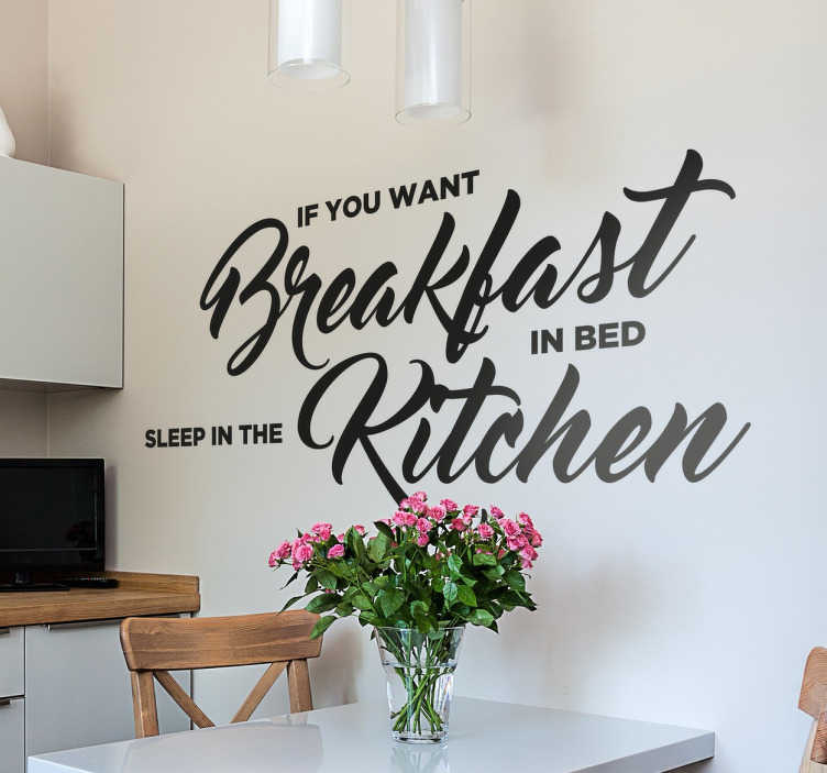 "TenStickers. Adesivo decorativo do Breakfast in bed. Adesivo decorativo, em vinil, com um texto em inglês ""If you want Breakfast in bed sleep in the kitchen""."