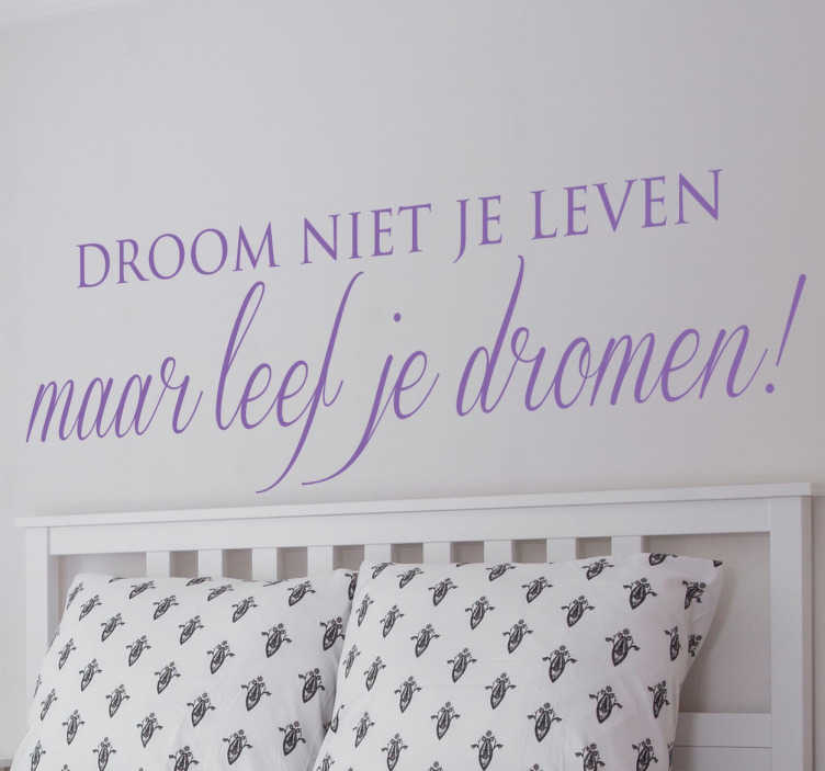 TenStickers. Leef je Dromen Muursticker. Een inspirerende en motiverende tekststicker geschikt voor ieder huishouden! Decoreer met de tekst; droom niet je leven maar leef je dromen!