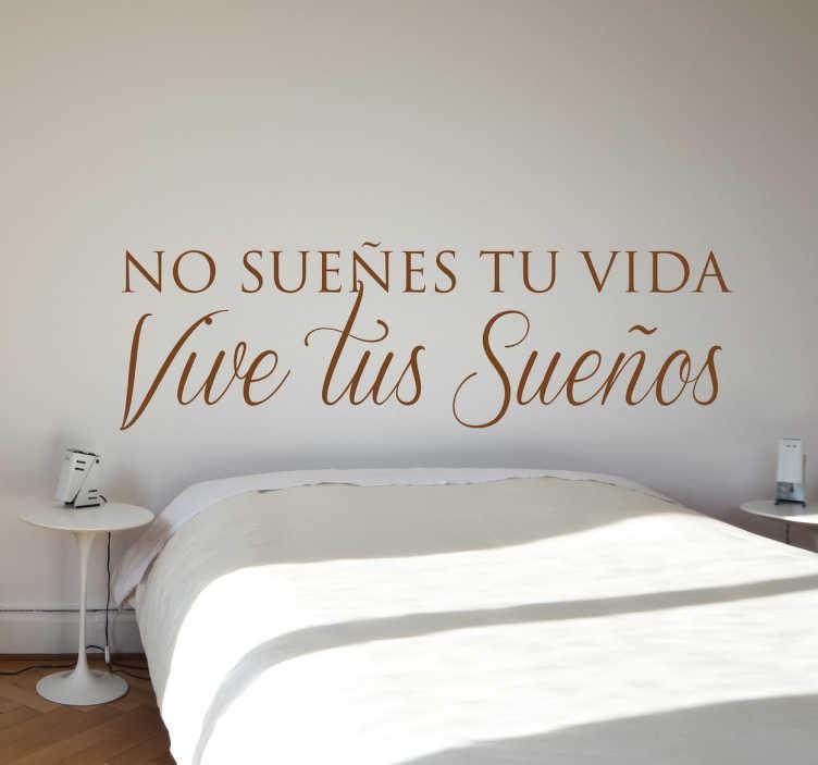 """TenVinilo. Vinilo decorativo vivir tus sueños. Vinilos para decoración con una fantástica cita que dice """"no sueñes tu vida, vive tus sueños""""."""