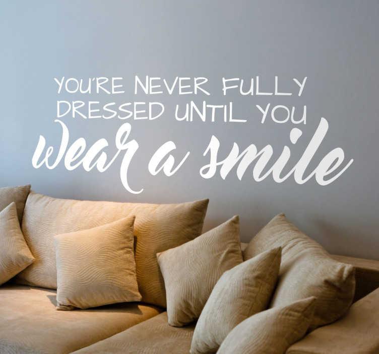 """TenStickers. Sticker mural Wear a smile. Sticker texte """"You're never fully dressed until you wear a smile"""", idéal pour une décoration originale et inspirante."""