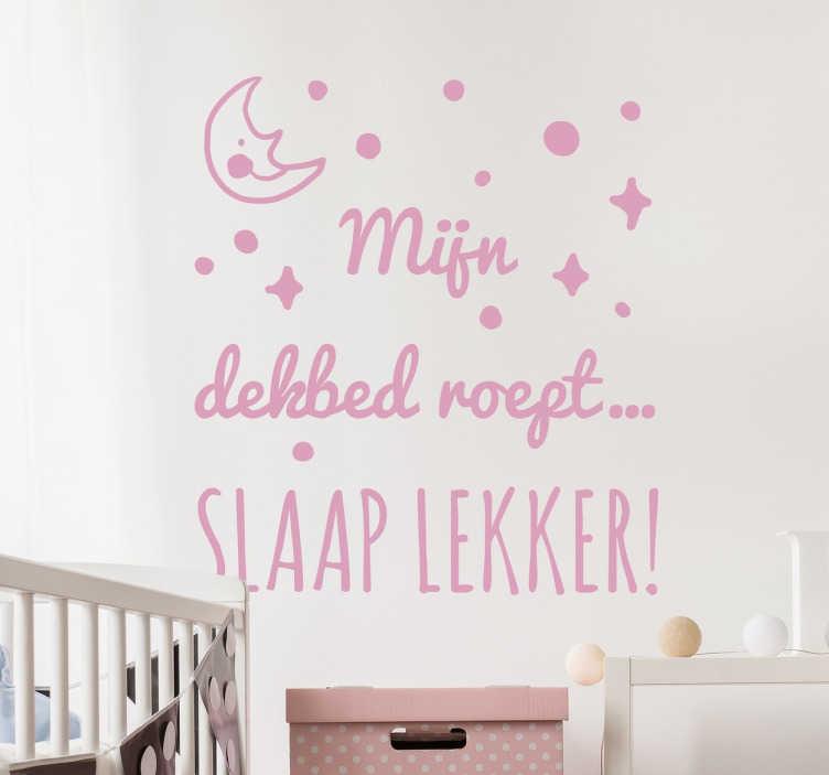 """TenStickers. Muursticker Kinderkamer Slaap Lekker. Een leuke muursticker voor de kinderkamer met de tekst """"Mijn dekbed roept... Slaap lekker!"""" Kleur en afmetingen aanpasbaar. Dagelijkse kortingen."""