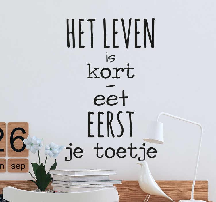 TenStickers. Leven is Kort - Eet eerst je Toetje. Leuke muursticker met de tekst: Het is leven is te kort, eet eerst je toetje. Bent u het helemaal eens met deze tekst?
