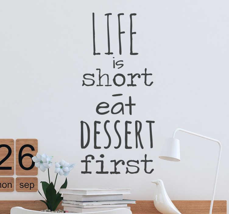 """TenStickers. Fife is short citat sticker. 'Life is short"""" - eat dessert first «. En citat wallsticker til at dekorere dit hjem eller forretning, med en sætning alle burde leve efter."""
