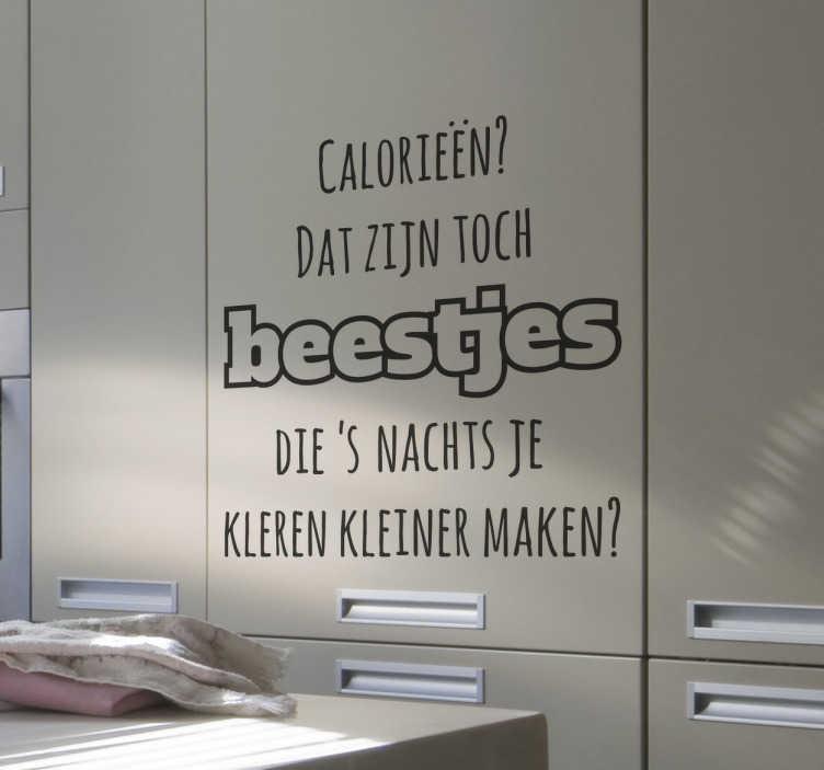 TenStickers. Keuken muursticker calorieën. Een leuke tekststicker met de tekst; calorieën dat zijn toch beestjes die ´s nachts je kleren kleiner maken?