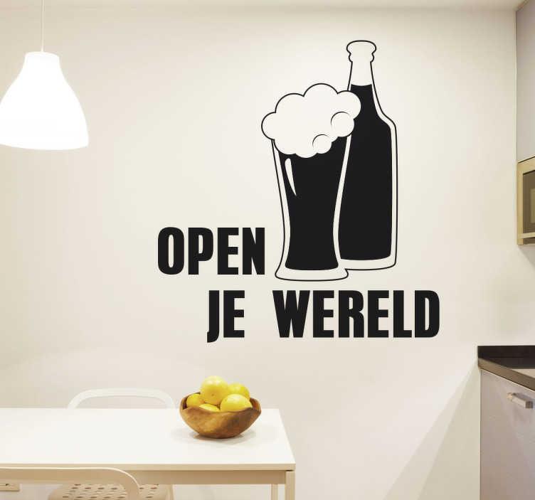 TenStickers. Muursticker Bier. Sticker met de tekst Open Je Wereld met hierbij een fles en een glas bier! Verkrijgbaar in verschillende kleuren en formaten. 10% korting bij inschrijving.