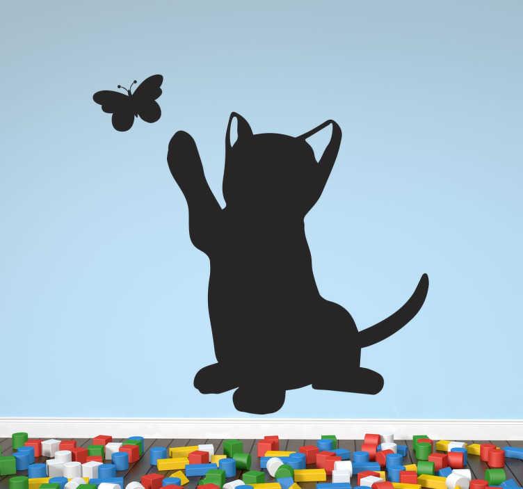 TenStickers. Pisică și autocolant autocolant pentru animale de companie. Autocolant pentru copil reprezentând o pisică ridicând piciorul pentru a juca cu un fluture. Ideal pentru o cameră de copil sau o zonă de joacă. Livrare rapidă.