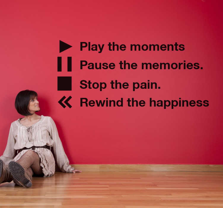 TenStickers. Naklejka 'Play the moments'. Naklejka dekoracyjna z angielskim napisem ' Play the moment, Pause the memories, Stop the pain y Rewind the happiness.'