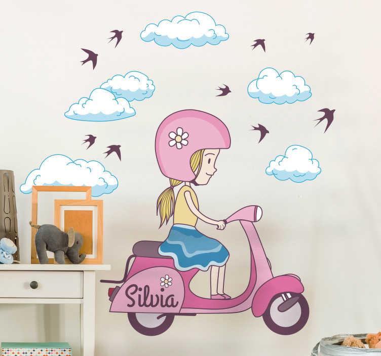 TENSTICKERS. 子供スクーターのステッカーのパーソナライズされた女の子. 雲と鳥に囲まれた白いスクーターに乗っている少女の子供の壁のステッカー。あなたの子供の名前を追加してこのデカールをカスタマイズし、より個人的にすることができます。