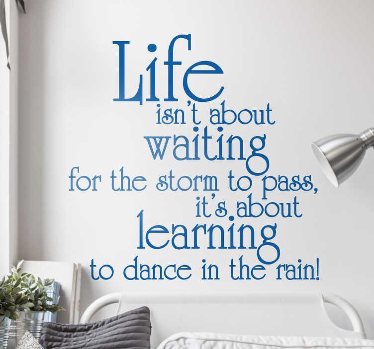 TenStickers. 인생은 대기 견적 벽 스티커에 관한 것이 아닙니다.. 삶을 즐기는 것에 대한 영감을주는 멋진 문구가있는 동기 부여 벽 스티커. '인생은 폭풍이 지나가길 기다리는 것이 아니라 빗속에서 춤을 추는 법'입니다. 다양한 크기와 색상을 사용할 수 있으므로이 텍스트 데칼을 맞춤 설정할 수 있습니다.