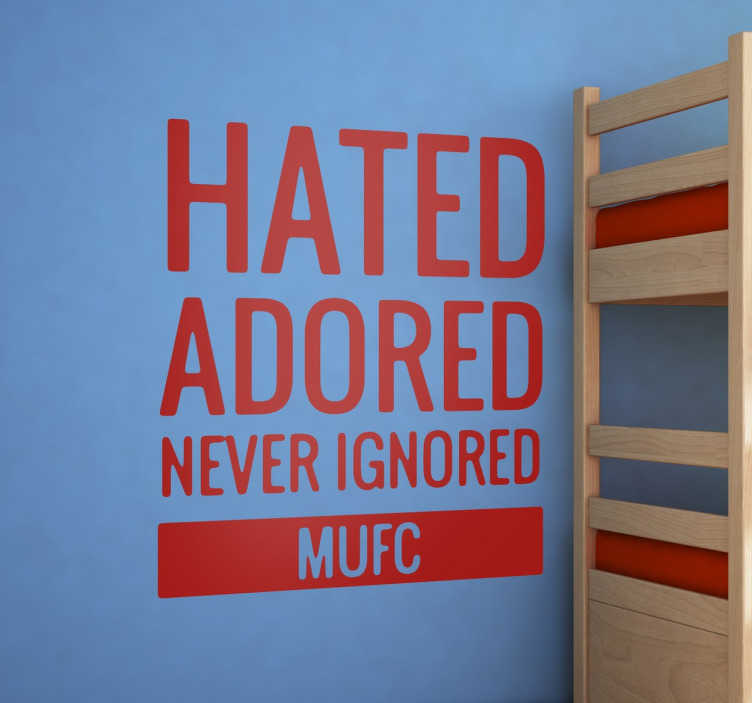 "TenStickers. Autocolante Manchester United Hated Adored. Vinil decorativo essencial para qualquer fã leal ao Manchester United, com o famoso slogan ""Hated, ignored, never ignored""."