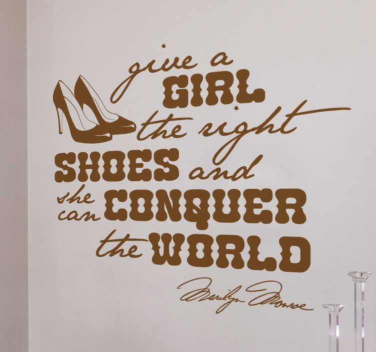 "TenStickers. Quote Marilyn Monroe Muursticker. Decoratieve muursticker met de bekende tekst van Marilyn Monroe ""Give a girl the right shoes and she can conquer the world"". Keuze uit 50+ kleuren."