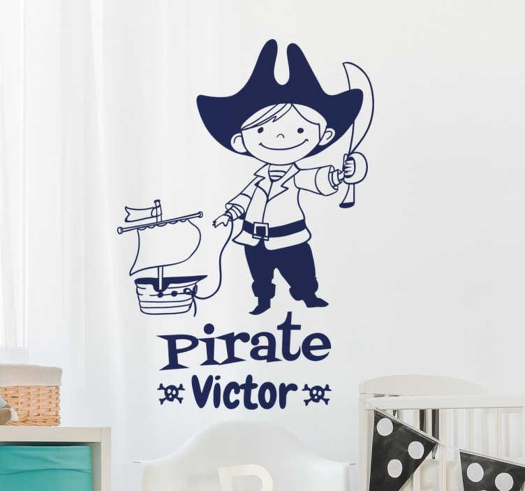 TenStickers. Personalisierbarer Pirat Aufkleber. Personalisierbarer Aufkleber für das Kinderzimmer. Das Wandtattoo zeigt einen kleinen Pirat mit Schwert und Schiff.