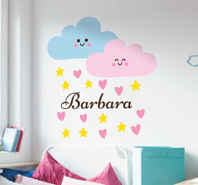 TenStickers. Personalisierbare Wolken Aufkleber. Süßes Wandtattoo für das Kinderzimmer, das zwei Wolken illustriert, aus denen es Sterne und Herzen regnet. Das Design wird durch den Namen ergänzt.