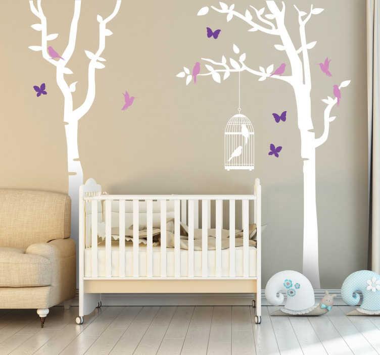 TenStickers. Bäume und Schmetterlinge Wandtattoo. Wandtattoo, das zwei Bäume, illustriert. An dem einen Baum hängt ein Vogelkäfig und um die beiden Bäume fliegen Schmetterlinge und Vögel.