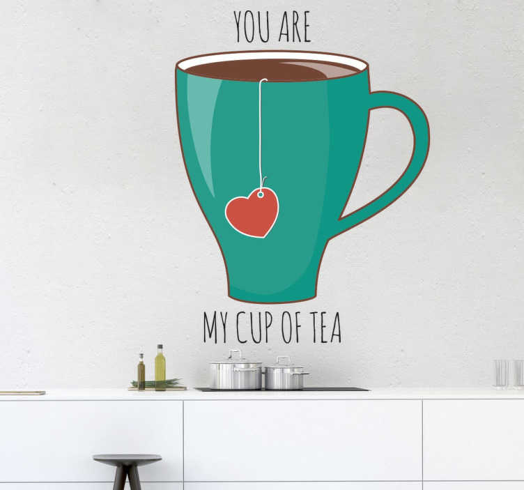 TenStickers. Jesteś moim kubkiem herbaty naklejka ścienna. Piękna dekoracja z naszej kolekcji herbacianej naklejek ściennych. Obrazek przedstawiający kubek herbaty z angielską frazą 'You are my cup of tea'.