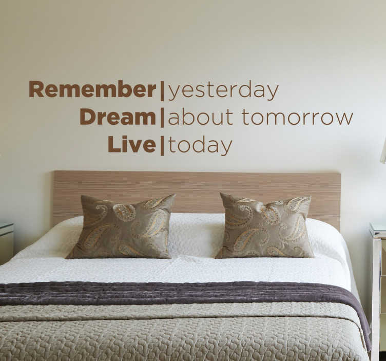 TenStickers. 꿈을 살아있는 인용문 데칼을 기억하십시오.. 벽 스티커 메모 - 영감 벽 견적 데칼의 우리의 컬렉션에서 '어제 기억, 내일에 대한 꿈, 오늘 살아'믿을 수 없을만큼 위로 디자인입니다. 동기 부여 텍스트 스티커는 거실이나 침실에서 놀라운 것처럼 보입니다.