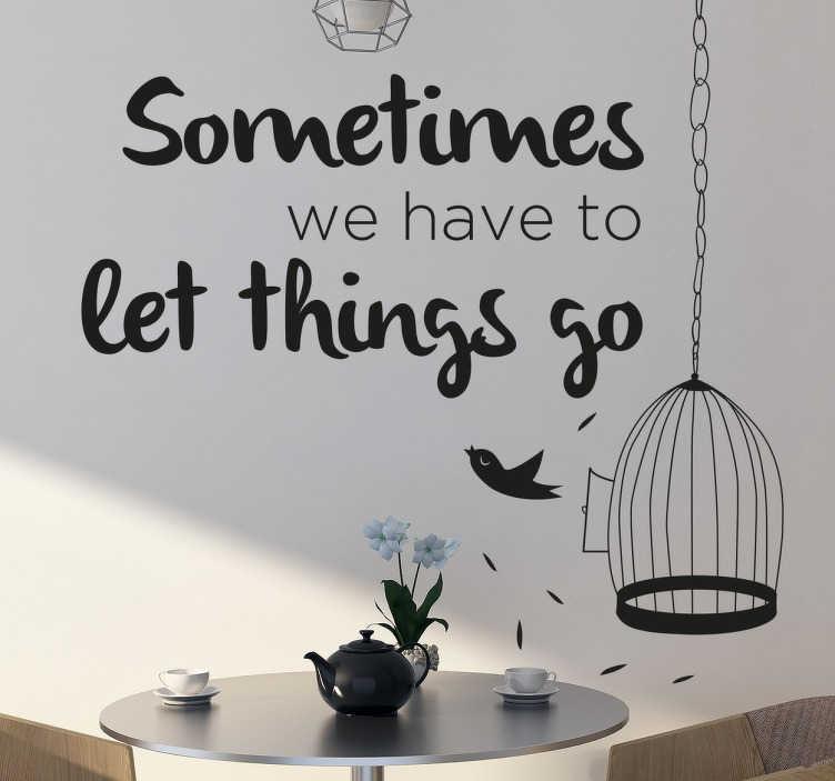 """TenStickers. Let things go Wandtattoo. Wandtattoo mit der Aufschrift """"Sometimes we have to let things go"""". Das Wandtattoo umfasst auch einen Vogelkäfig, aus dem gerade ein Vogel fliegt."""