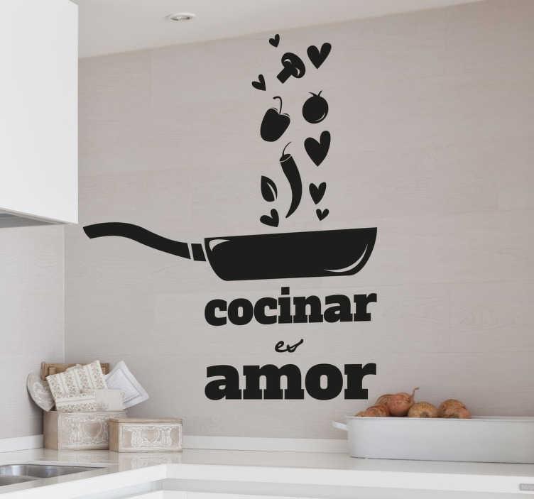 TenStickers. Autocolante decorativo amor por cozinhar. Autocolante decorativo com texto e desenho de uma frigideira feito a pensar em quem é apaixonado pelo mundo da cozinha. 50 cores diferentes.
