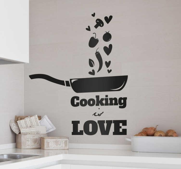 """TENSTICKERS. 料理は愛の壁のステッカーです. 料理に情熱を感じる人のためのキッチンウォールステッカー。いくつかの食べ物と心を投げつけるフライパンのモノクロデザイン。下に書かれた """"cooking is love""""というフレーズが付いています。"""