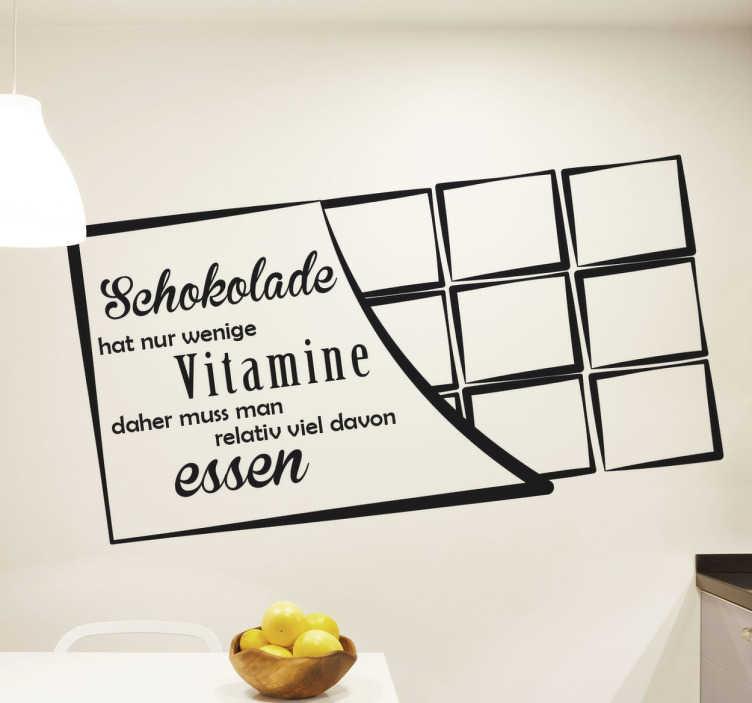 """TenStickers. Wandtattoo Schokolade hat nur wenige Vitamine. Wandtattoo mit dem Spruch """"Schokolade hat nur wenige Vitamine, daher muss man relativ viel davon essen"""" auf der Verpackung einer Schokoladentafel."""