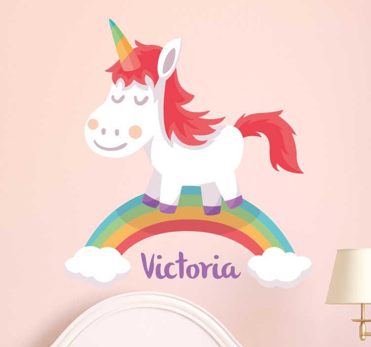 TenStickers. 个性化的独角兽墙贴. 一个甜美的独角兽站在彩虹上的个性化儿童墙贴。添加您喜欢的任何名称,使其更加个性化!