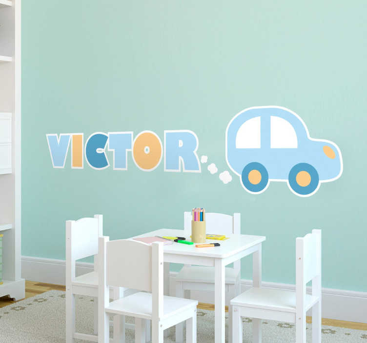 TenStickers. 孩子们个性化的汽车与名称墙贴纸. 个性化的儿童墙贴 - 一种简单的汽车设计,排气吹出你孩子的名字。从我们收集的孩子的自定义名称贴纸。