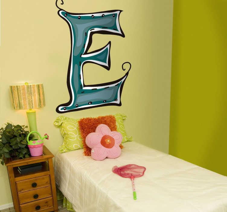 TenStickers. Naklejka literka e. Naklejka na ścianę przeznaczona do pokoju dziecięcego z kolekcji abecadło. Obrazek reprezentuje niebieską literkę E jak Ewelina, Emil, Eugeniusz.