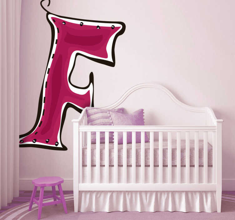 TenStickers. Sticker letter F. Deze muursticker is een vrolijk ontwerp van de letter F. Verkrijgbaar in verschillende afmetingen. Eenvoudig aan te brengen.