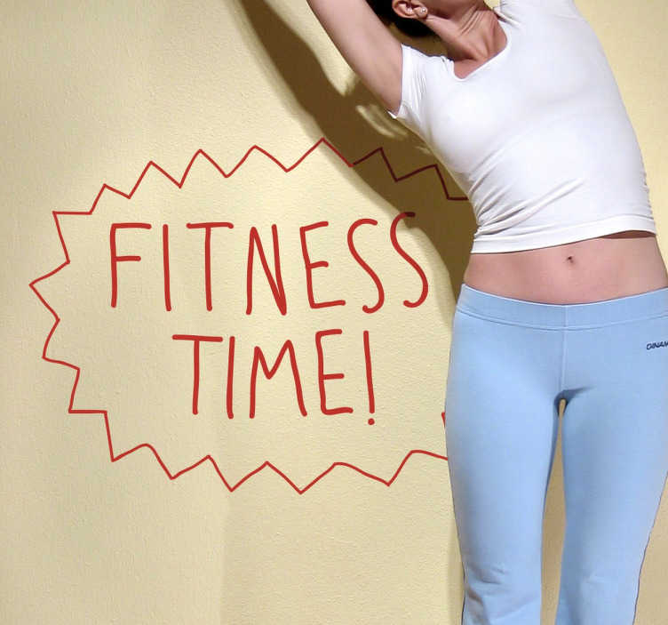 TenStickers. Fitness Time Muursticker. Een leuke muursticker met de tekst Fitness Time! Voor iedereen die net wat extra motivatie of een duwtje in de rug kan gebruiken!