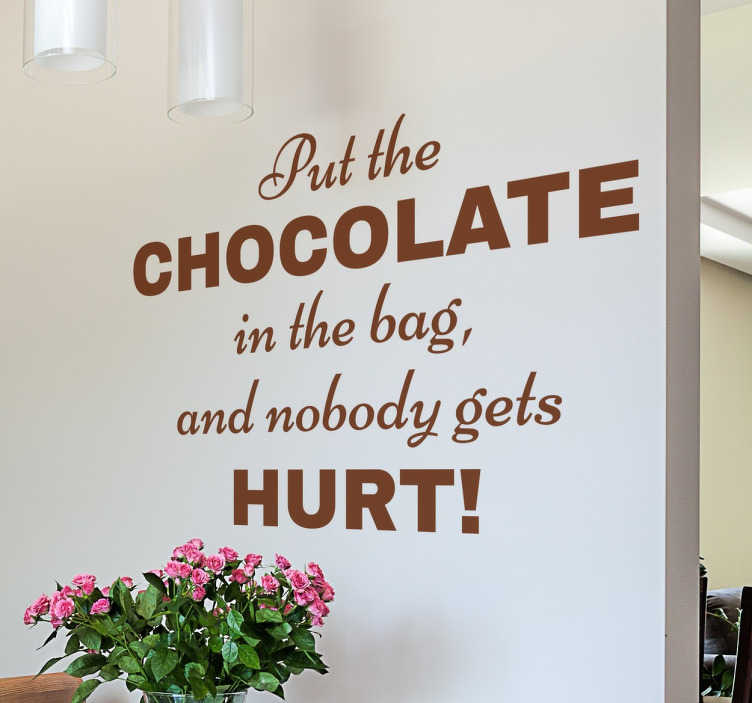 "TenStickers. Vinil decorativo Frase Chocolate. Adesivo de parede com a frase 'Put the chocolate in the bag and nobody gets hurt!' que significa ""Mete o chocolate na mala e ninguém se magoa""."