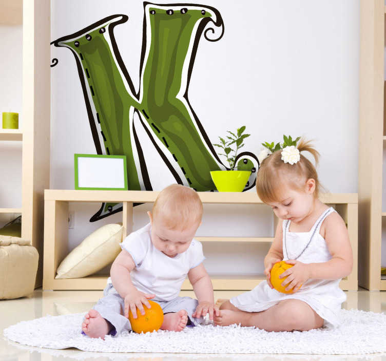 TenStickers. Naklejka na ścianę dla dzieci Litera K. Naklejka dekoracyjna dla dzieci z kolekcji litery alfabetu. Obrazek z zieloną literką K będzie oryginalnym pomysłem na ozdobę pokoju dziecięcego.
