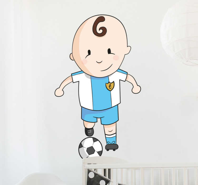TenStickers. Muursticker Kinderkamer Voetballer. Decoreer de kinderkamer met deze muursticker waar een kleine jongen met een voetbal op is afgebeeld. Afmetingen aanpasbaar. Express verzending 24/48u.
