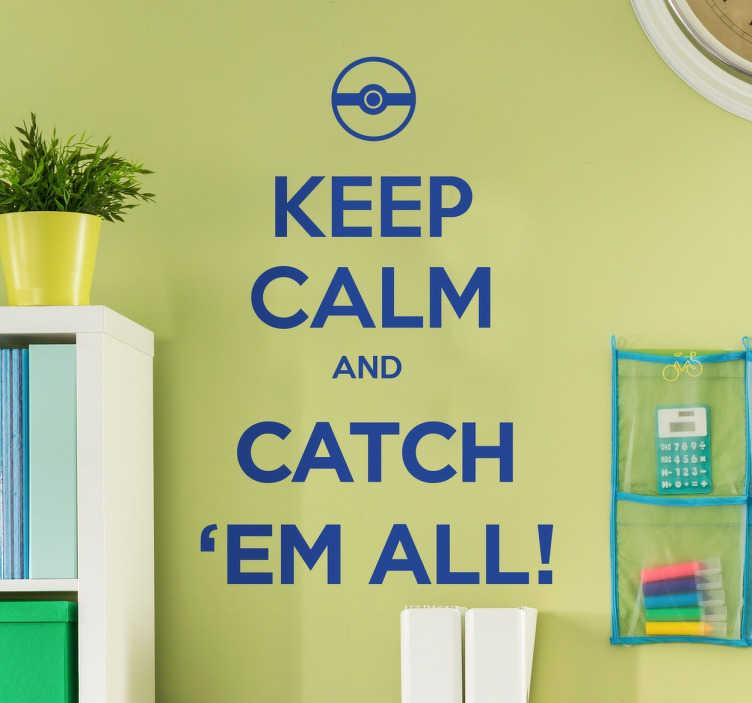 TenStickers. Keep Calm Pokemon Muursticker. 'Keep Calm And Catch' Em All ', een muursticker met een inspirerende uitdrukking voor alle Pokemon spelers te motiveren!