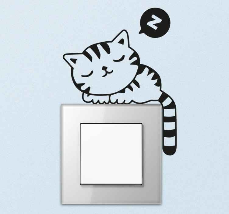 TenStickers. Lichtschalteraufkleber schlafende Katze. Wandtattoo für das Kinderzimmer. Der Lichschalteraufkleber zeigt eine Katze, die gemütlich auf dem Rand des Lichtschalters oder der Steckdose liegt.