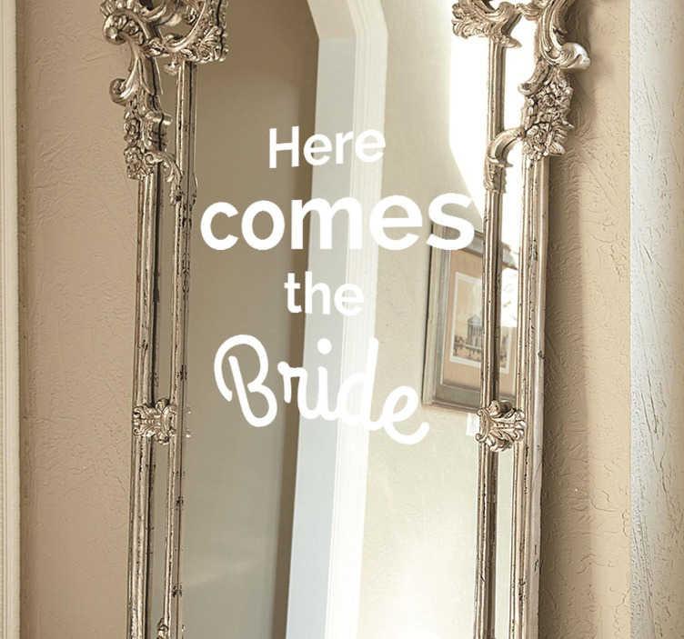 TenStickers. Naklejka ślubna Here comes the bride. Spraw aby dzień twojego ślubu stał się wyjątkowy z niepowtarzalną naklejką,która dopełni wszystkie Twoje dekoracje ślubne perfekcyjnie.