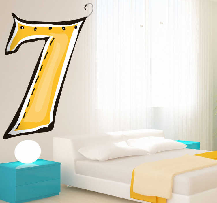 TenStickers. Naklejka numer 7. Teraz możesz już w łatwy sposób nauczyć Swoje dzieci liczenia dzięki naszej naklejce dekoracyjnej na ścianę. Obrazek przedstawia żółtą cyfrę 7.