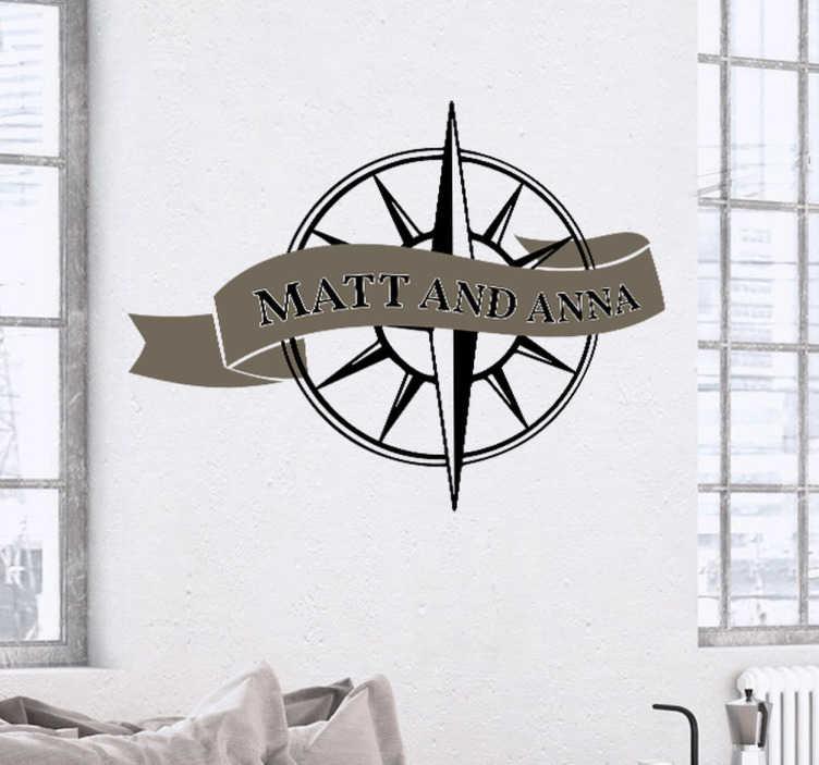 TenStickers. Hochzeitsaufkleber Kompass mit Namen. Der Hochzeitsaufkleber mit maritimen Motiv eines Kompasses und einem Banner auf dem die Namen der Braut und des Bräutigams Platz finden.