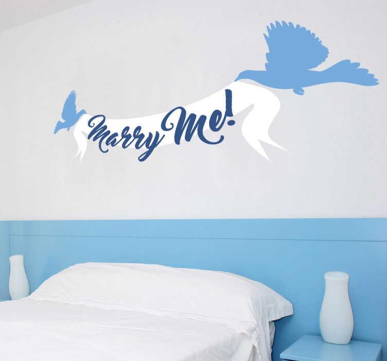 """TenVinilo. Vinilo decorativo marry me. Vinilos decorativos originales con el texto en inglés """"Marry me"""" y el detalle de unos pájaros volando que sostienen esta preciosa banda con el texto."""