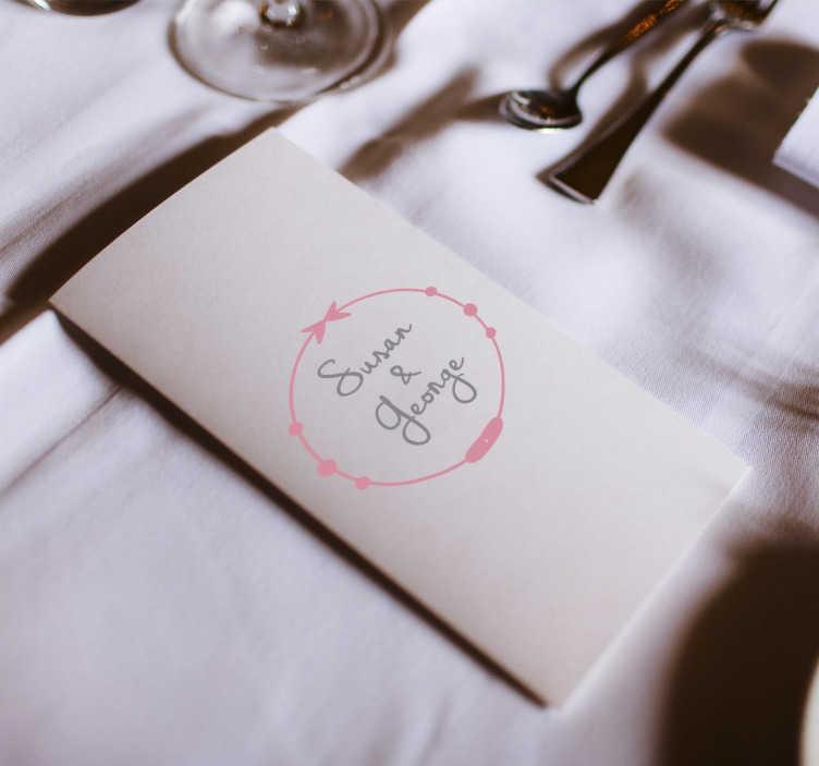 TenStickers. Hochzeitsaufkleber Ornament mit Namen. Der Hochzeitsaufkleber illustriert einen kleinen Kreis mit süßen Verzierungen, in dem die Namen des Brautpaares Platz finden.