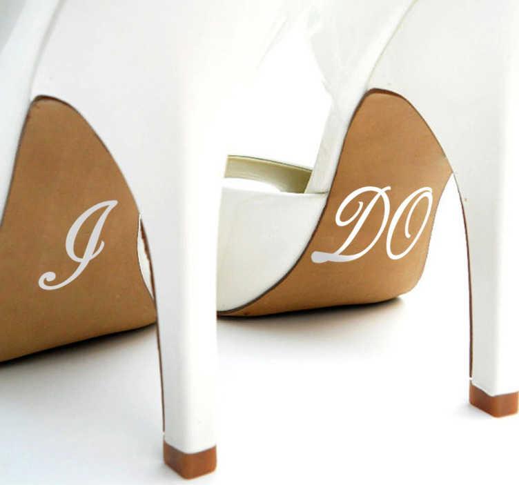 """TenStickers. Adesivo scarpe I DO. Adesivi matrimonio originali. Il disegno include il testo in inglese """"I"""" e """"DO"""". Le misure indicate si riferiscono all'insieme dei due adesivi."""