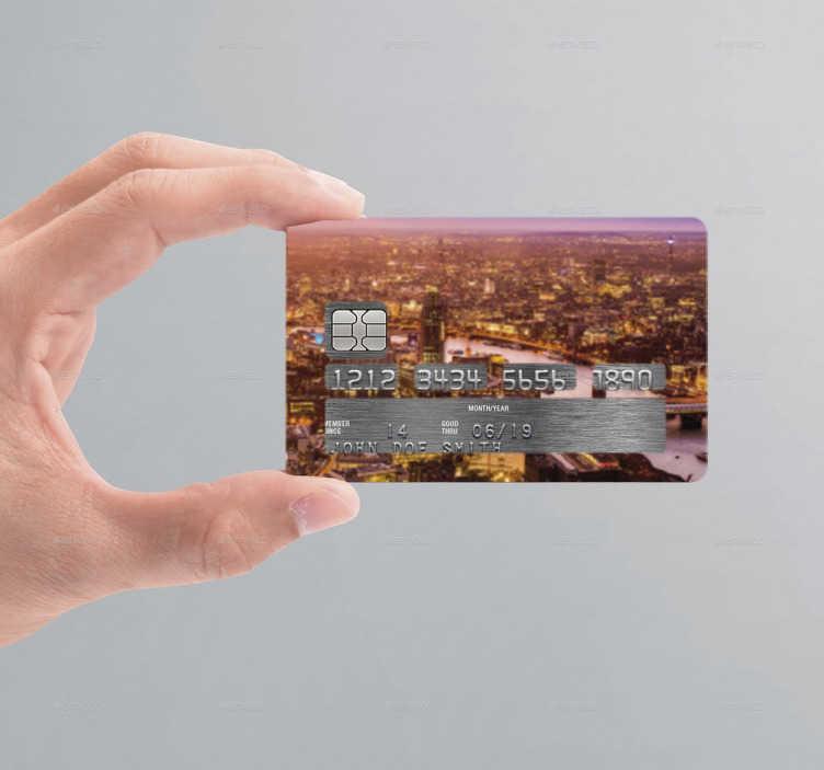 TenStickers. Sticker cartão de crédito pôr-do-sol cidade. Autocolante para poderes personalizar o cartão de crédito com o vinil de uma cidade ao pôr-do-sol. Sticker para personalização e decoração.