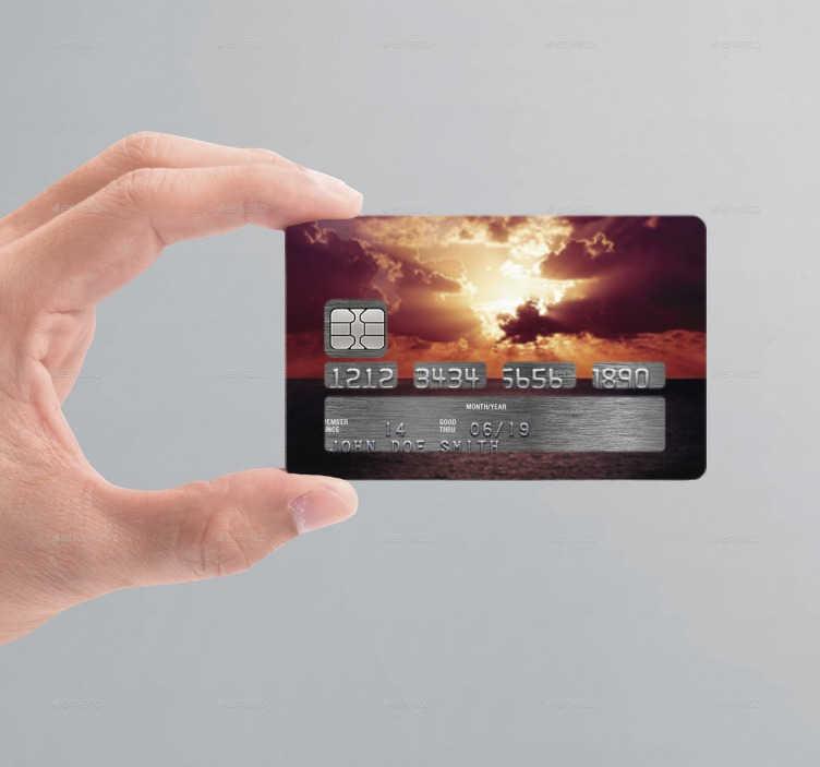 TenStickers. Kreditkartenaufkleber Sonnenuntergang Wolken. Einzigartiges Design für Ihre Kreditkarte. Verwandeln Sie Ihre Kreditkarte in Ihren kleinen und persönlichen Sonnenuntergang hinter Wolken.