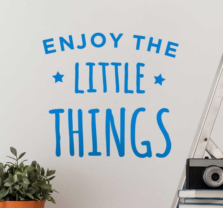 TENSTICKERS. 小さなものを楽しむテキストステッカー. これは家のどの部屋のための完璧なインスピレーションと意欲的な壁のステッカーです! 2つの小さな星に囲まれた「小さなものを楽しむ」というテキストを特徴とするこのテキストステッカーは、どんな硬い滑らかな表面にも適用できます。