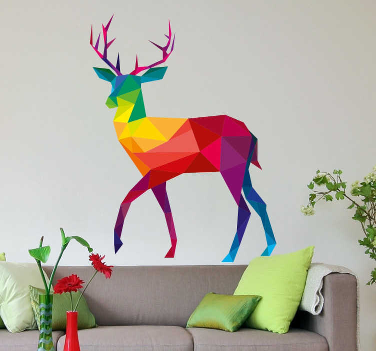 TenStickers. 무지개 기하학적 사슴 벽 스티커. 이 눈에 띄는 기하학적 인 사슴 벽 스티커는 독특하고 멀티 컬러 디자인입니다. 거실과 침실 꾸미기에 최적!