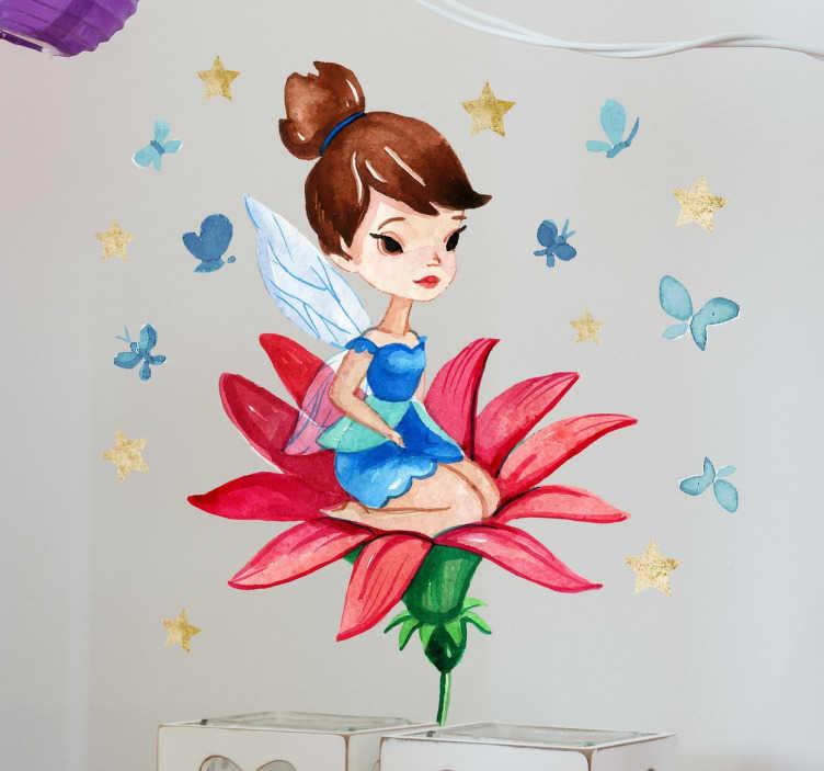 TenStickers. Fee op rode bloem Kinderen Muursticker. Kinderen Muursticker met een leuke fee die zit op de blaadjes van een bloem met vlinders en sterren rond.