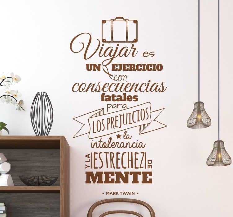 TenVinilo. Vinilo decorativo consecuencias viajar. Frases famosas en vinilo decorativo para gente viajera que quiere renovar la estética de las paredes de su casa con un diseño exclusivo.