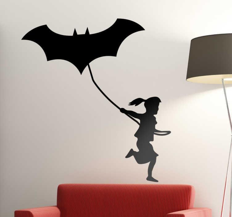 TenStickers. meisje met batman vlieger muursticker. Batman muursticker en andere comics muurstickers. De muursticker batman in alle maten en kleuren! Meisje vlieger muurstickers en batman wandstickers.