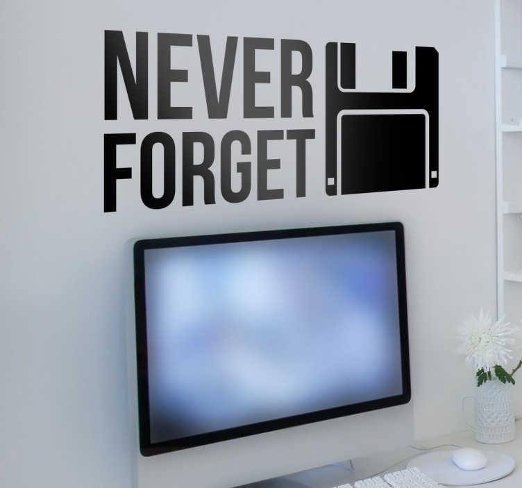 TenStickers. Naklejka na ścianę Dyskietka Never Forget. Naklejka dekoracyjna dla wszystkich kolekcjonerów starych gadżetów. Sprawdź nasze naklejki napisy na ścianę do pokoju nastolatków nad biurko.