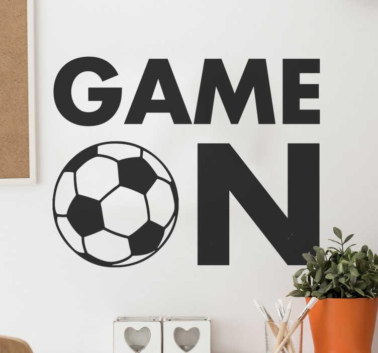 """TenVinilo. Vinilos de fútbol game on. Pegatinas de fútbol con un texto en inglés que nos indica que el juego ha comenzado. La letra """"O"""" se sustituye por un balón clásico."""