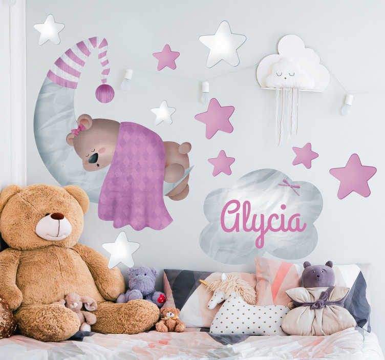 TenStickers. Adesivo da parete personalizzato orsacchiotto. Questo adesivo da parete per la scuola materna consiste in un orsacchiotto che dorme su una falce di luna tra le stelle